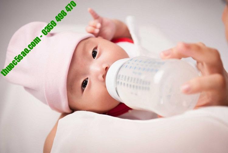 Bố mẹ không nên cho trẻ bú hay ăn quá nhiều vì sẽ dễ khiến trẻ bị nôn trớ